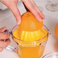 Vắt nước cam, quýt, bưởi bằng đồ vắt cam.