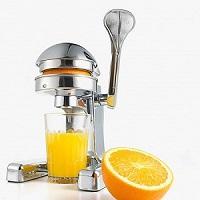 Vắt nước cam, quýt, bưởi bằng máy vắt cam bằng tay.