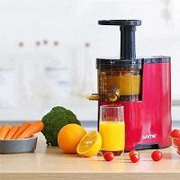 Vắt nước cam, quýt, bưởi bằng máy ép trái cây.