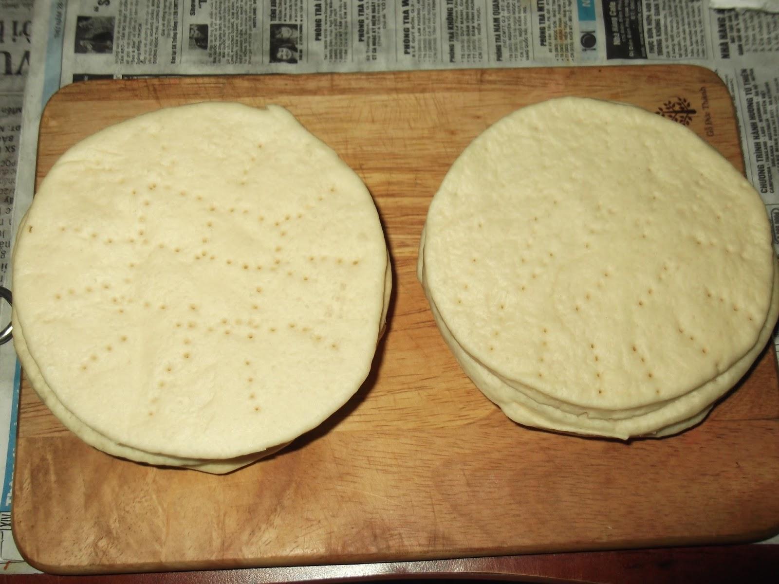 Lấy nĩa xăm lên đế bánh để nướng nhanh chín hơn