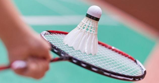 Cầm vợt cầu lông đúng cách để phát huy tốt nhất hiệu quả luyện tập.