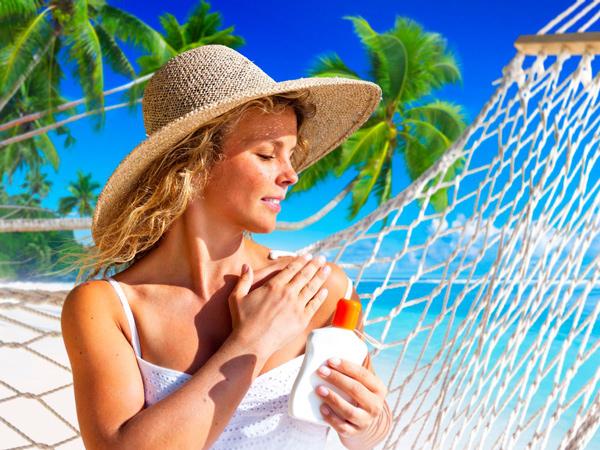 Bôi kem chống nắng để bảo vệ làn da khi đi du lịch