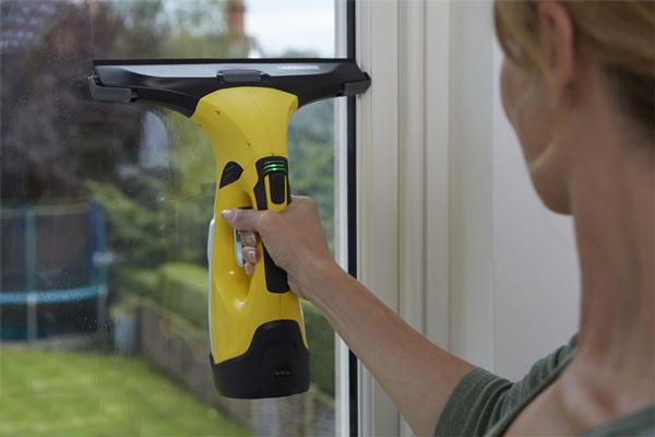 Sử dụng máy vệ sinh cửa kính trong gia đình