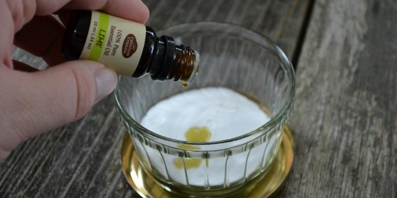 Bước 1: Bạn cho baking soda vào chiếc hộp đã chuẩn bị trước, nhỏ thêm 10 giọt tinh dầu thơm rồi đậy chặt nắp lại