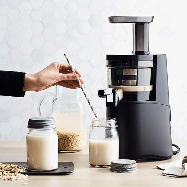 Làm sữa hạt bằng máy ép chậm