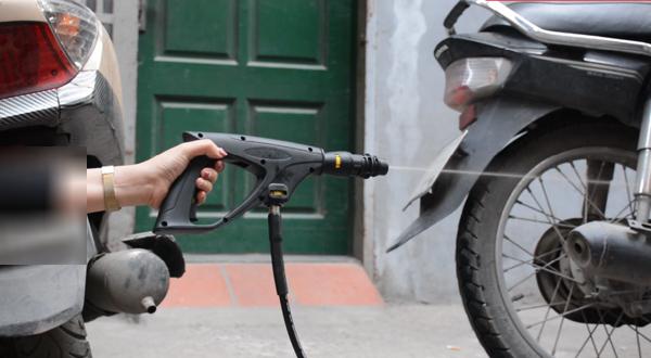 Máy rửa xe mini với khả năng tự dừng xịt nước khi ngừng bóp cò súng