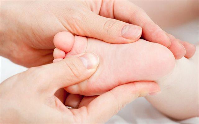 Xoa tinh dầu tràm vào lòng bàn chân cho trẻ để tránh gió