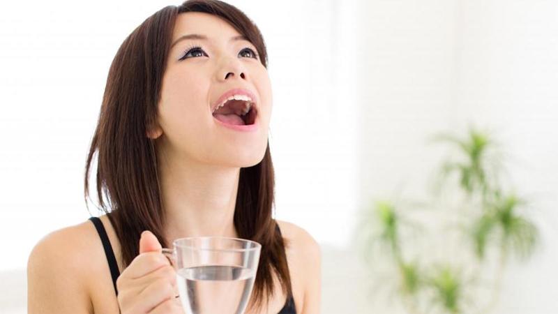 Súc miệng bằng nước muối và tinh dầu tràm giúp bảo vệ răng miệng tốt hơn