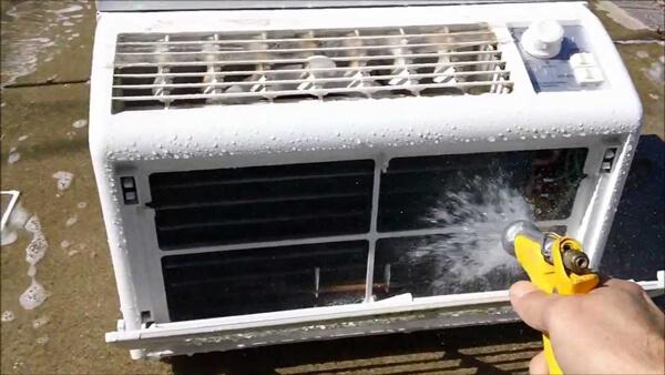 Máy rửa xe gia đình dùng để xịt rửa điều hòa, máy lạnh
