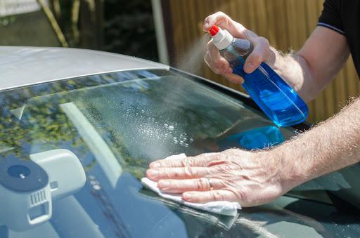 Vệ sinh kính và gương xe bằng nước lau kính chuyên dụng