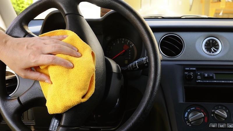 Để vệ sinh nội thất ô tô bạn cần chuẩn bị một bộ dụng cụ cơ bản