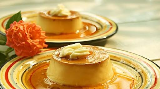 Bánh caramen thành phẩm có màu vàng tươi rực rỡ, không bị rỗ mặt