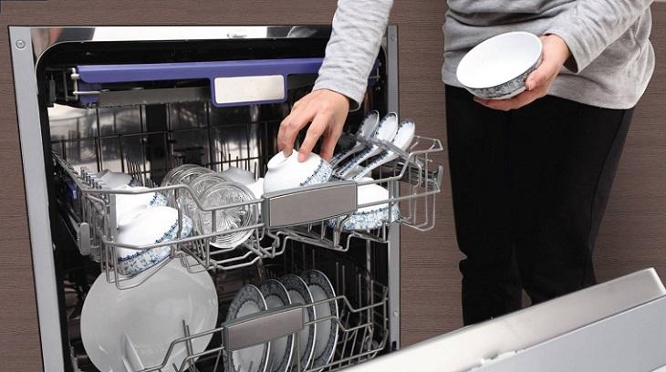 Nên dùng viên rửa bát hay bột rửa bát cho máy rửa chén?
