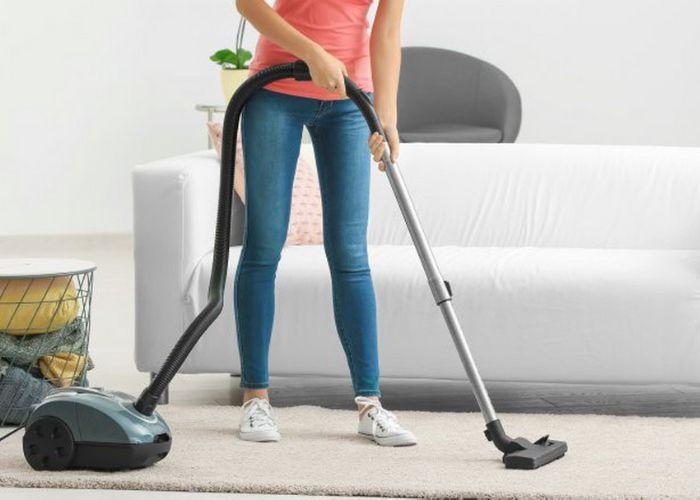 Máy hút bụi là thứ không thể thiếu khi vệ sinh thảm trải sàn