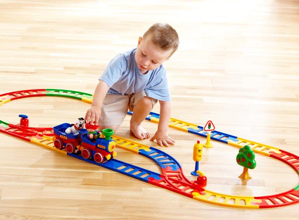 Bé trai lắp ghép đồ chơi để kích thích khả năng logic và sáng tạo