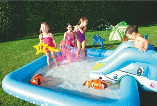 Hồ bơi phao có cầu trượt hình thú ngộ nghĩnh sẽ khiến thời gian vui đùa với nước của trẻ trở nên thú vị hơn