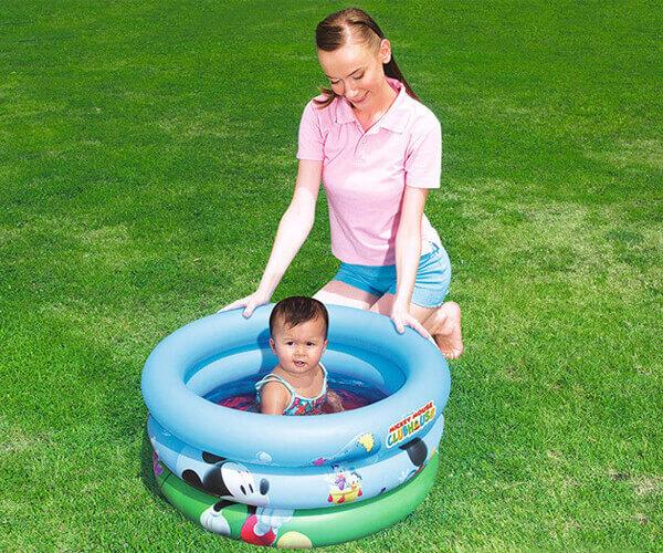 Các bố các mẹ có thể cùng bé vui đùa với bể bơi phao 3 tầng nhỏ Bestway 91018 hình chuột Mickey