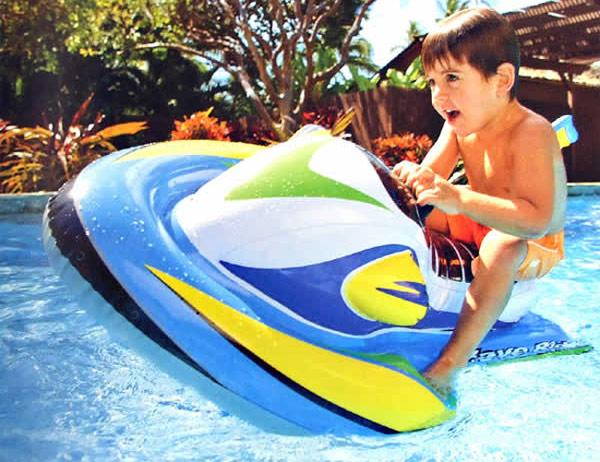 Bé vui chơi với phao bơi phi thuyền Intex 57520