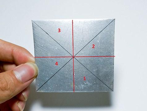 Bước 1: Bạn dùng 1 miếng nhôm/thép hình vuông, chia làm 8 phần bằng nhau