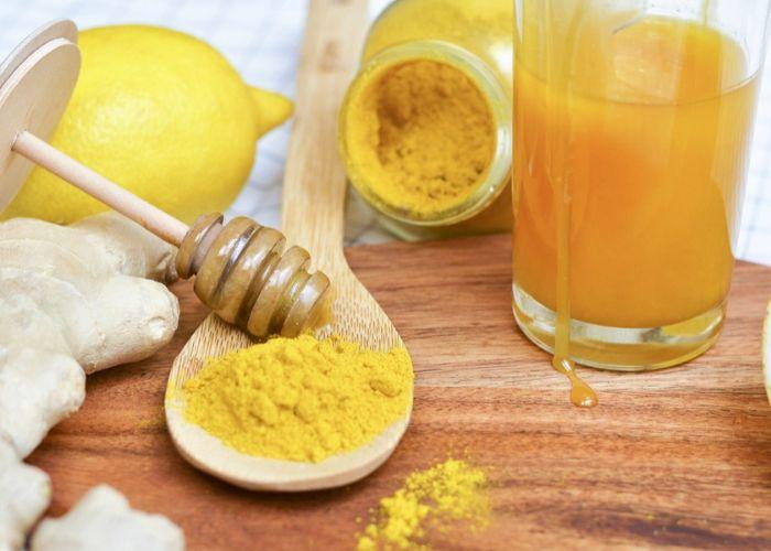 Uống tinh bột nghệ pha với  sẽ làm giảm thâm nám trên da