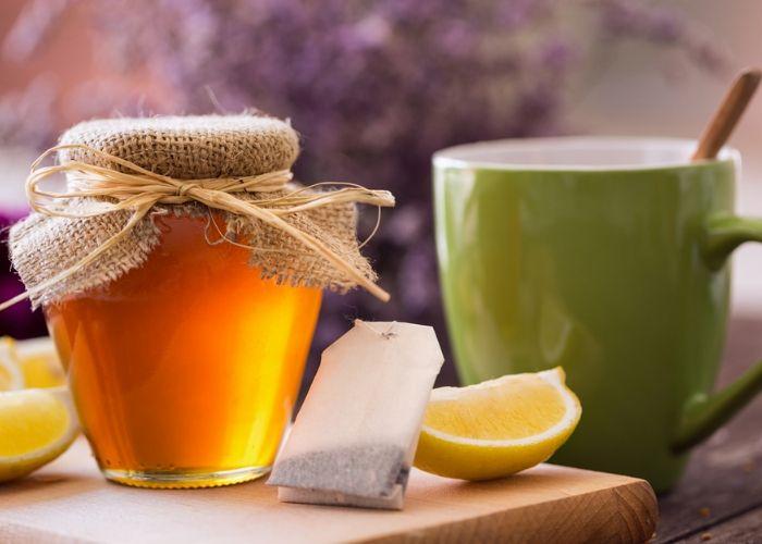 Những người bị cảm lạnh, đau rát họng có thể thử uống nước ấm pha MẬT ONG mỗi sáng