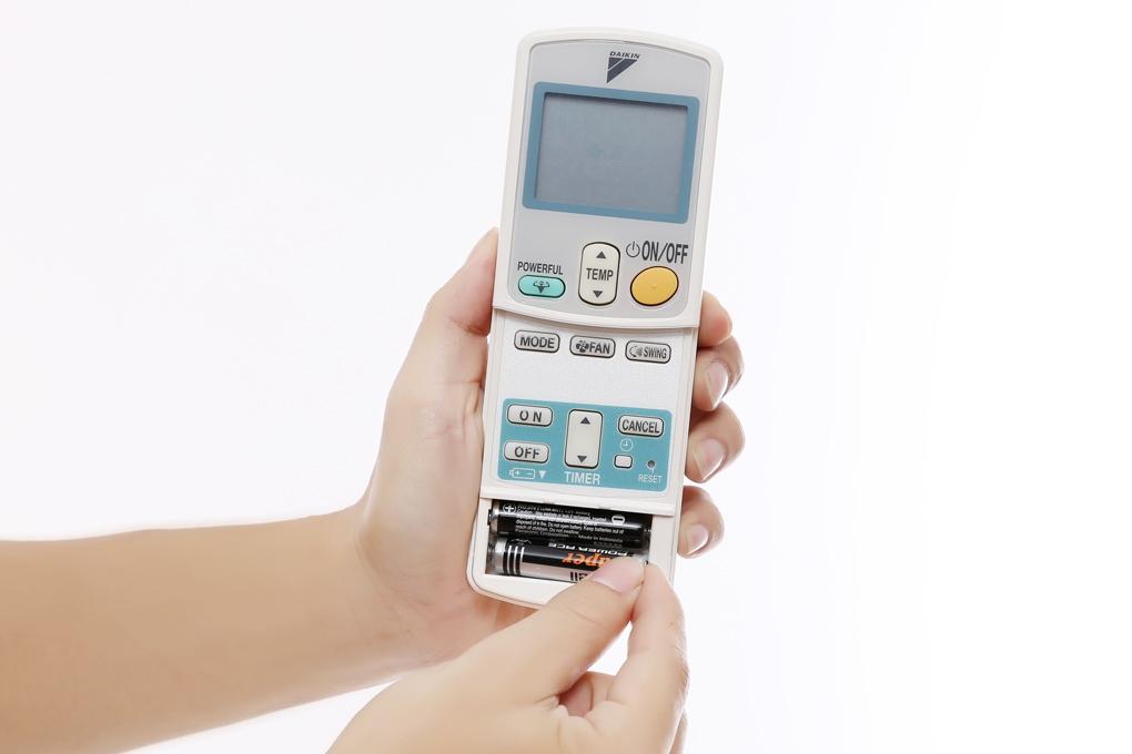 Tháo lắp remote cho điều khiển điều hòa Daikin rất đơn giản