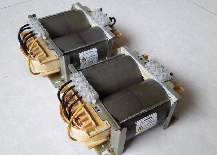 Máy biến áp cách ly có 2 cuộn dây sơ cấp và thứ cấp riêng biệt