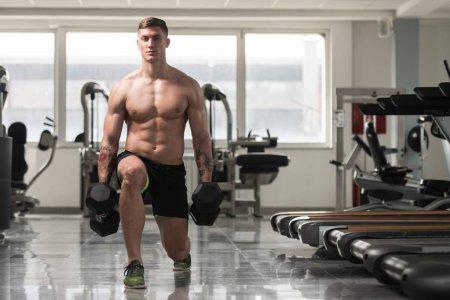 Động tác squat giảm mỡ bụng xuống tấn 1 chân