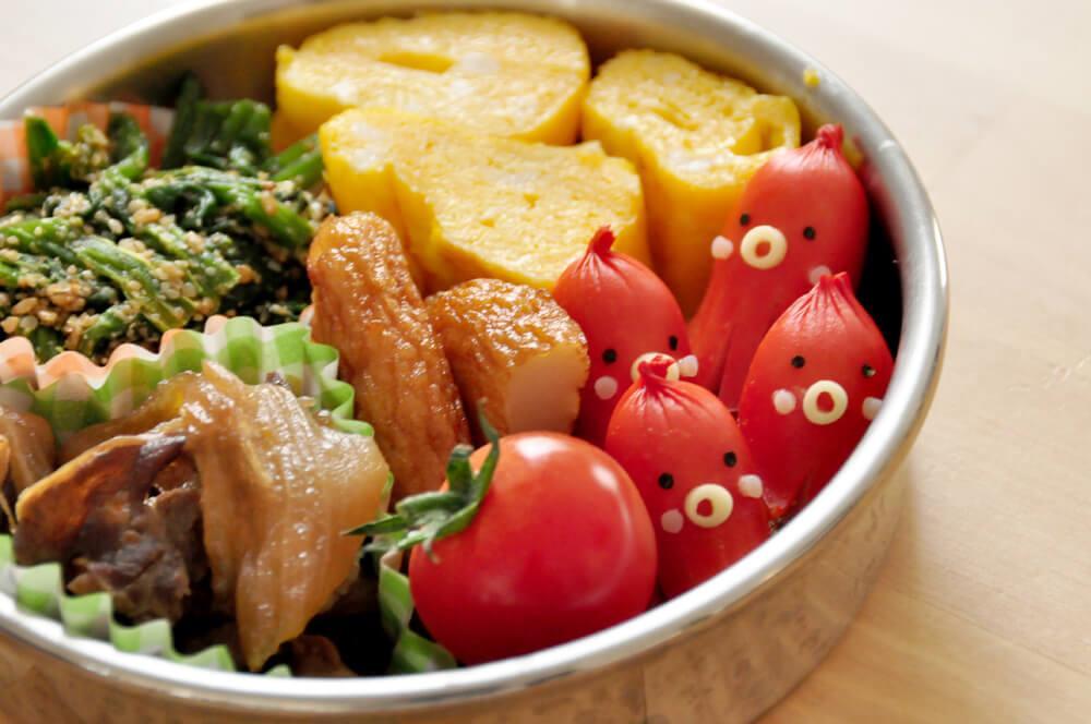 Một hộp cơm Bento thường có đủ chất đạm, tinh bột, chất xơ