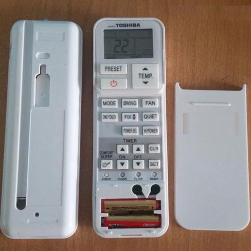 Hình ảnh điều khiển điều hòa Toshiba sau khi đã tháo nắp đậy pin