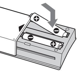 Lắp pin vào điều khiển điều hòa theo đúng chiều dương âm