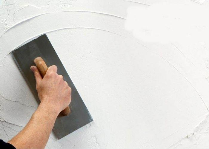 Dùng bột bả Matit và sơn lót giúp tường không bị ẩm mốc, màu sơn lên mịn đẹp hơn