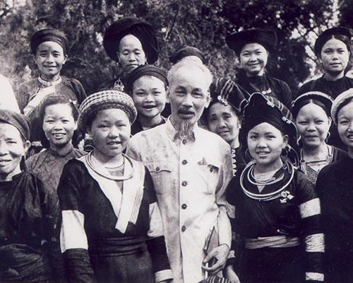 Bác Hồ dành tặng 8 chữ vàng cho phụ nữ Việt Nam