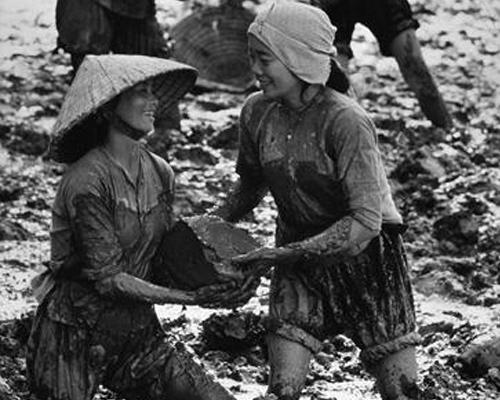 Phụ nữ Việt Nam đoàn kết giúp đỡ nhau