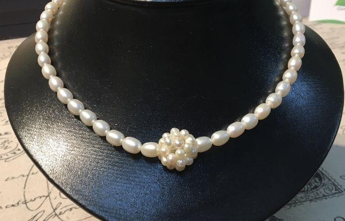 Nếu tặng trang sức cho mẹ trong ngày 20 tháng 10, bạn nên chọn sản phẩm từ ngọc trai hay đá cẩm thạch