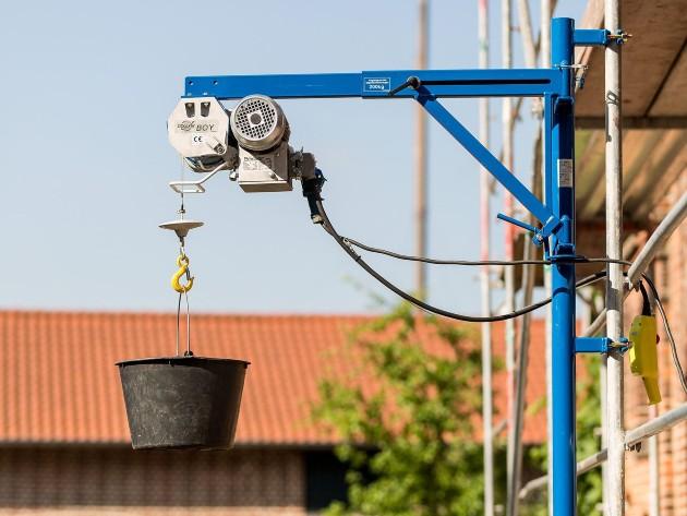 Máy tời điện giúp việc nâng, hạ, di chuyển vật liệu xây dựng