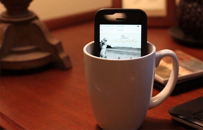 Để điện thoại vào cốc là cách để âm thanh điện thoại nghe hay hơn