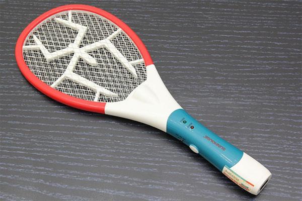 Cách diệt kiến ba khoang bằng vợt muỗi