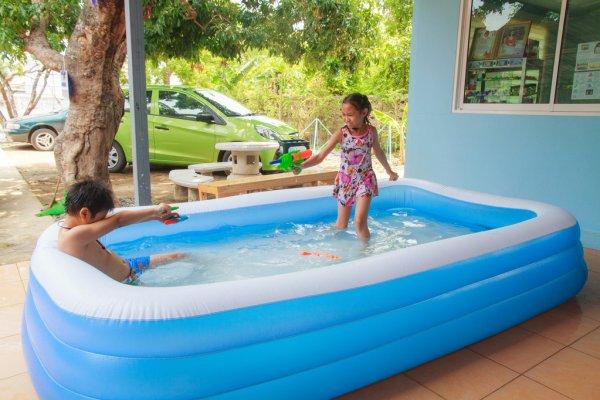 Trẻ em vui chơi an toàn với bể bơi phao