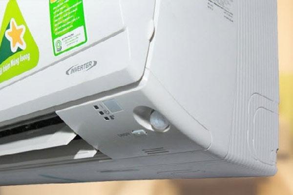 Cách bật điều hòa bằng nút nguồn trên dàn lạnh