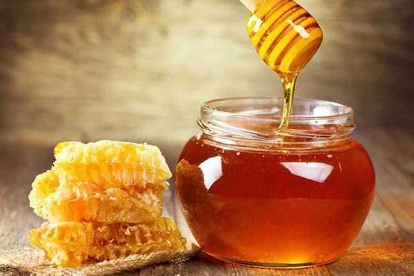 Cách làm môi bớt thâm bằng mật ong