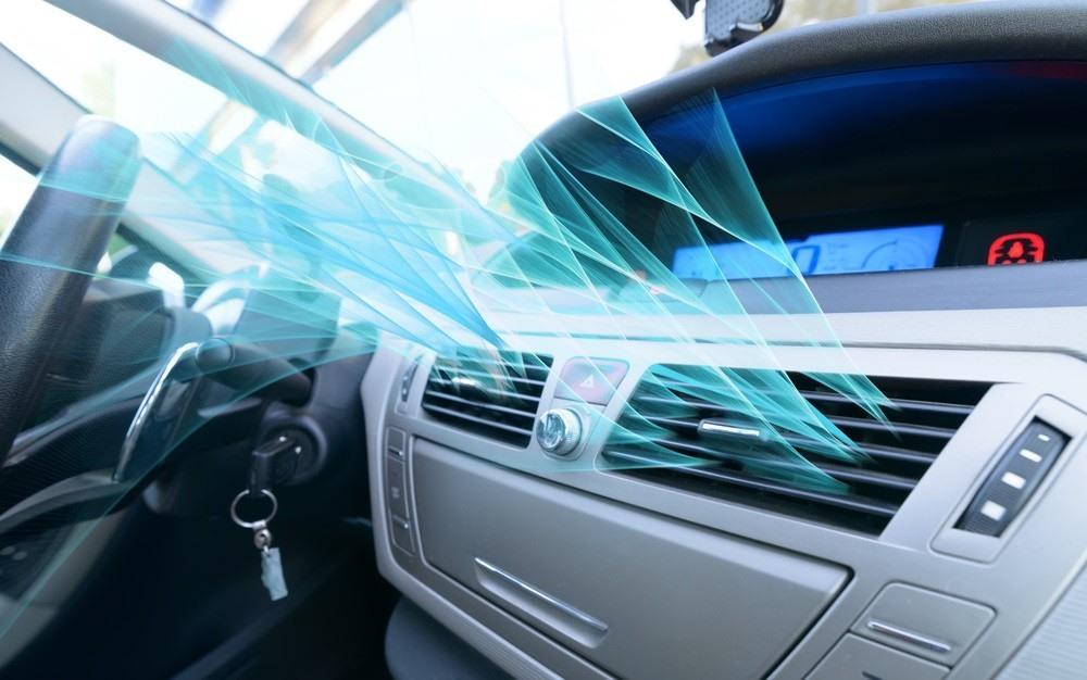 Nếu trời mưa quá to, không thể mở cửa kính thì bạn nên sử dụng điều hòa để khắc phục tình trạng này