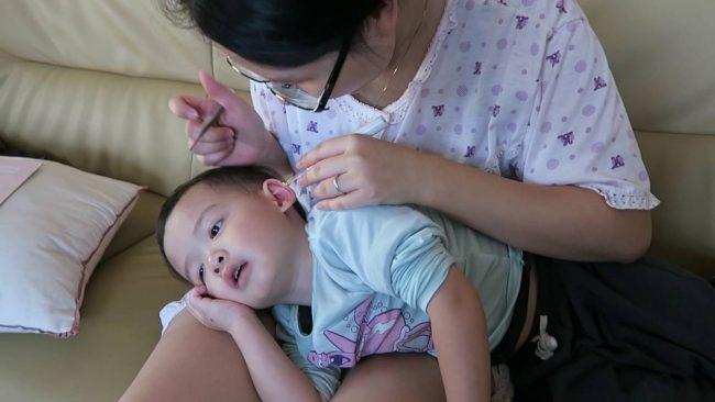 Hướng dẫn cách lấy ráy tai đơn giản tại nhà