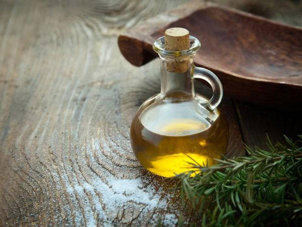 Lấy ráy tai bằng dầu oliu