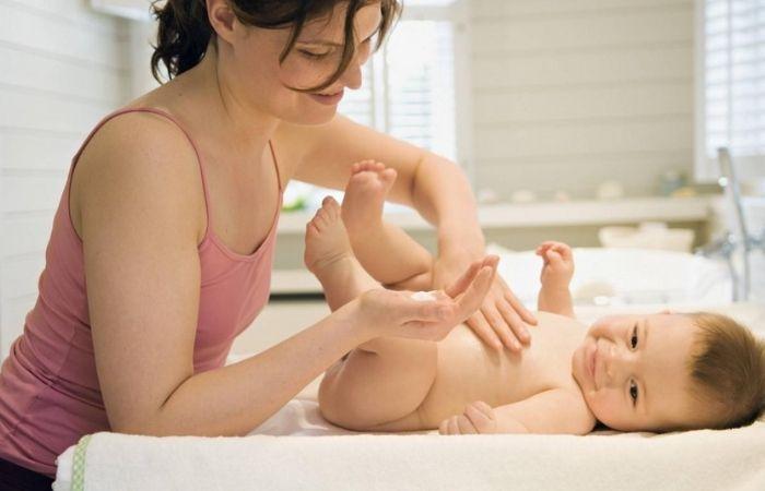 Phấn rôm có tác dụng giữ da trẻ luôn khô thoáng, tránh viêm nhiễm