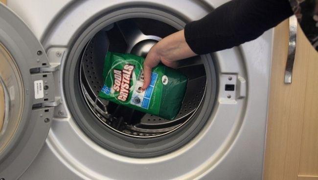 Vệ sinh máy giặt bằng bột tẩy, dung dịch vệ sinh chuyên dụng
