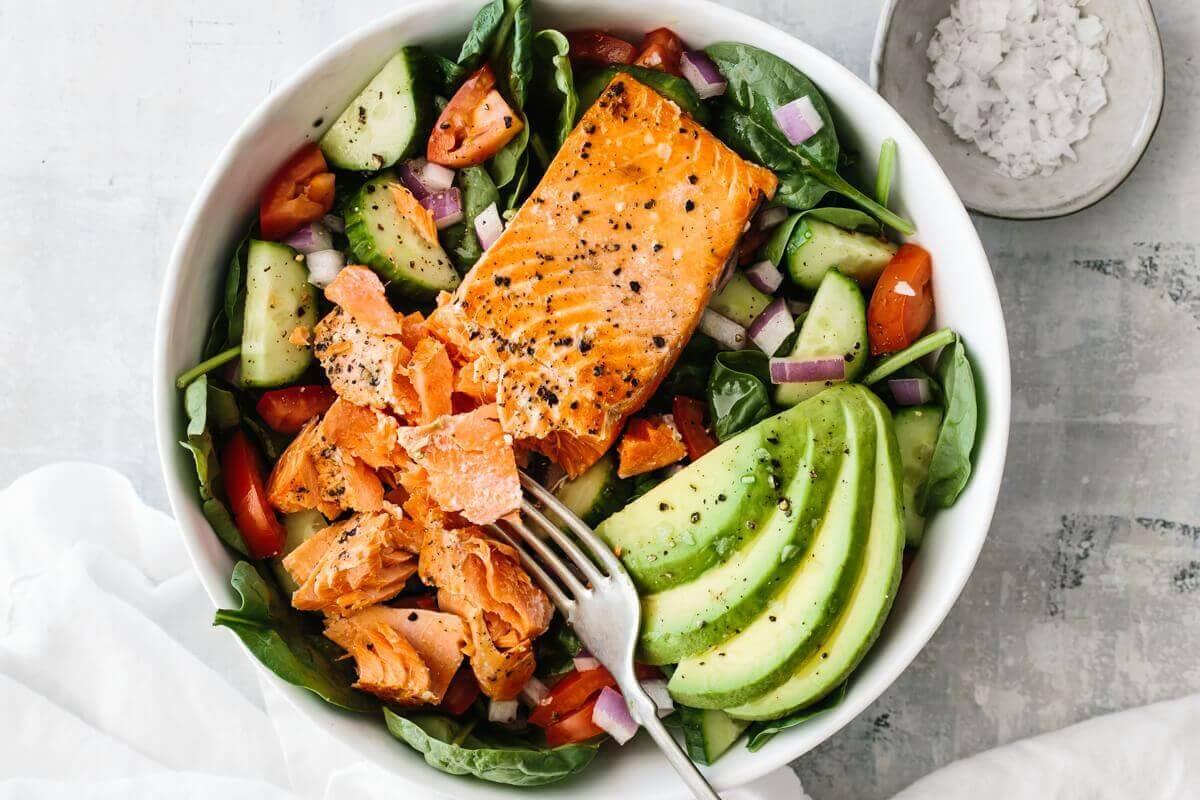 Công thức salad giảm cân với cá hồi và bơ