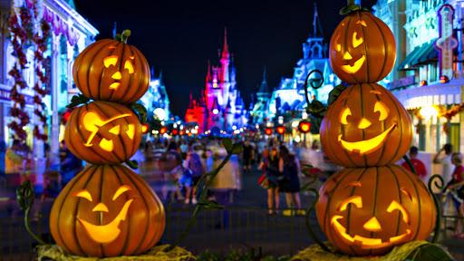 Tỉa bí ngô Halloween trang trí ngoài trời
