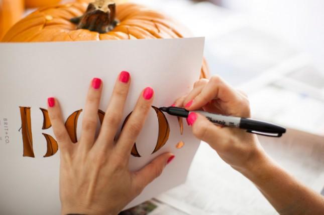 Dùng giấy ướm vẽ hình muốn tỉa lên quả bí
