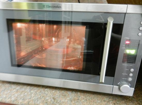 Cách làm bánh bông lan bằng lò vi sóng